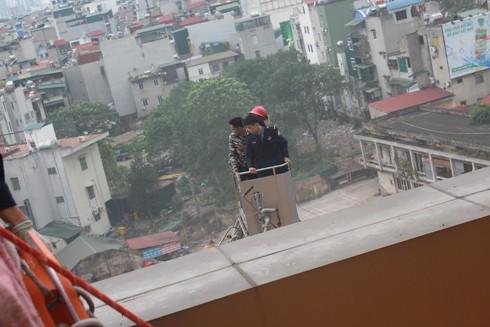 Lực lượng cứu nạn đưa người mắc kẹt từ trên cao xuống bằng xe thang