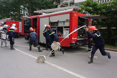 Lực lượng nhanh chóng triển khai đội hình chữa cháy, cứu nạn