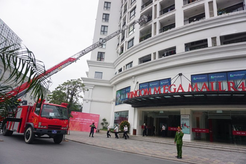 Giả định tình huống nhiều người hoảng loạn và bị mắc kẹt trên tầng cao phải dùng xe thang cứu nạn