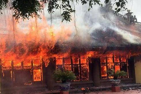Ngọn lửa bùng phát lớn bao trùm toàn bộ ngôi đình