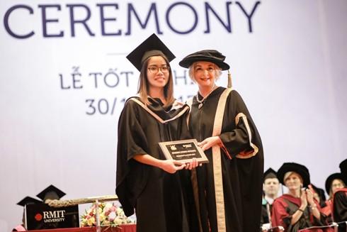 Sinh viên Dương Hồng Nhung nhận giải Sinh viên Xuất sắc từ Giáo sư Gael McDonald Hiệu trưởng Đại học RMIT Việt Nam