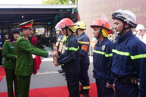 Đại tá Nguyễn Tuấn Anh, Phó Giám đốc Cảnh sát PCCC thành phố Hà Nội trao khen thưởng cho CBCS có thành tích trong nhiệm vụ PCCC