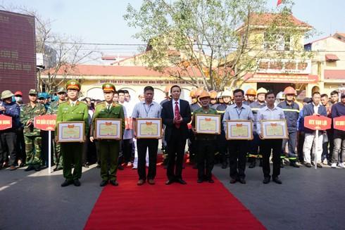 Nguyễn Huy Việt, Bí thư huyện ủy, Chủ tịch HĐND huyện Gia Lâm trao khen thưởng cho các các nhân có thành tích trong nhiệm vụ PCCC