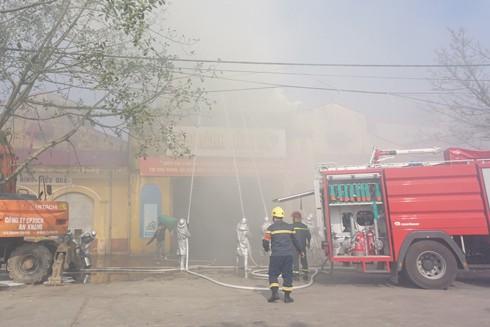 Lực lượng chữa cháy tổ chức dập lửa tại buổi diễn tập cứu nạn, cứu hộ khu vực chợ Nành