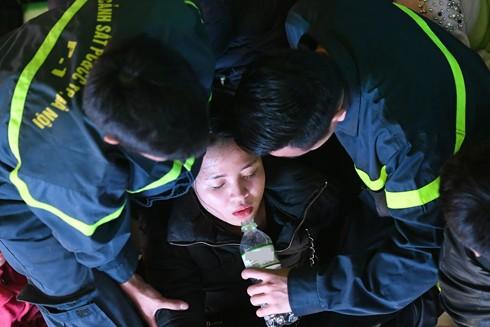 """Lực lượng cứu hỏa sơ cứu một phụ nữ bị ngất xỉu tại """"biển người"""" bên Quảng trường Đông Kinh Nghĩa Thục tối 31-12"""