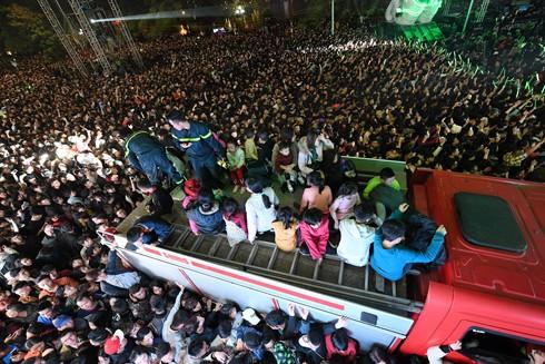 Lực lượng cứu hỏa cứu nhiều nạn nhân bị ngất xỉu tại đám đông bên Hồ Gươm đêm 31-12