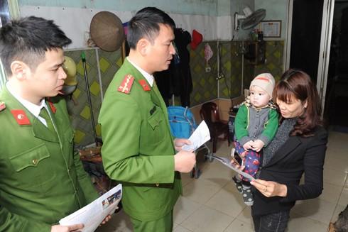 Đại úy Phạm Văn Trưởng, cán bộ Đội hướng dẫn, kiểm tra Phòng Cảnh sát PCCC số 9 phát tờ rơi, hướng dẫn người dân cách PCCC