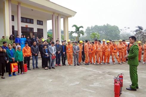 Đoàn viên thanh niên Cảnh sát PCCC - TP Hà Nội tuyên truyền đến người dân cách sử dụng bình chữa cháy
