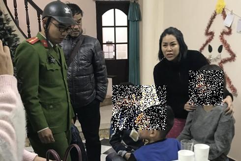 Lực lượng cứu nạn kịp thời cứu 4 mẹ con khỏi đám cháy và đưa đến nơi an toàn