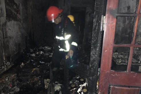 Lực lượng cứu hỏa nhanh chóng khống chế cháy lan sang nhà lân cận