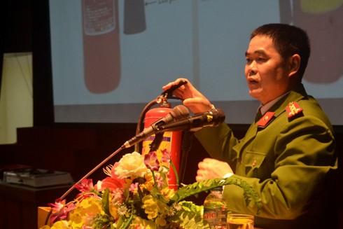 Đại tá Nguyễn Trường Sơn trực tiếp tuyên truyền, hướng dẫn người dân cách sử dụng bình chữa cháy và cách chữa cháy hiệu quả