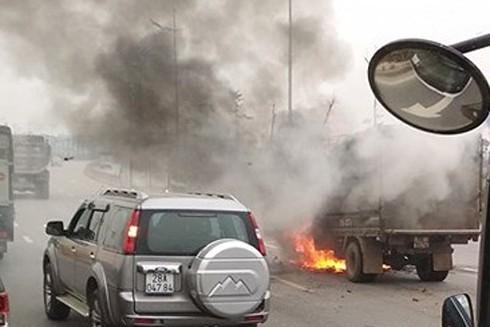 Chiếc xe cháy ngùn ngụt trước sự bất lực của chủ xe