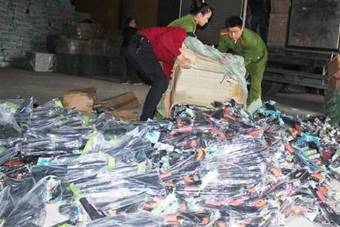 Cơ quan công an đang tiến hành kiểm đếm số tang vật
