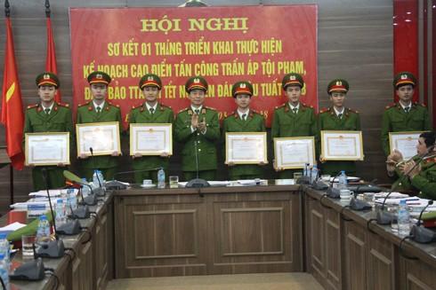 Thiếu tướng Hoàng Quốc Định trao khen thưởng cho các chiến sỹ có thành tích tham gia chwuax cháy, cứu nạn trong đợt cao điểm vừa qua