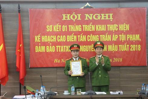 Thiếu tướng Hoàng Quốc Định, Giám đốc Cảnh sát PCCC thành phố trao quyết định khen thưởng của Bí Thư thành ủy, Ủy viên Bộ Chính trị Hoàng Trung Hải cho Đại tá Nguyễn Trường Sơn, Trưởng Phòng Cảnh sát PCCC số 2