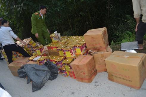 Lực lượng Công an kiểm đếm, thu giữ số pháo các đối tượng vận chuyển vứt lại bìa rừng để thoát thân