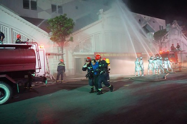 Lực lượng Cảnh sát PCCC TP Hà Nội phối hợp lực lượng chữa cháy cơ sở Ban quản lý chợ Đồng Xuân thực tập phương án