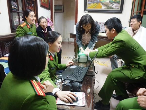 Tổ công tác Đội QLHC - CAQ Ba Đình cấp căn cước công dân tại nhà cho gia đình ông Đặng Quân Thụy
