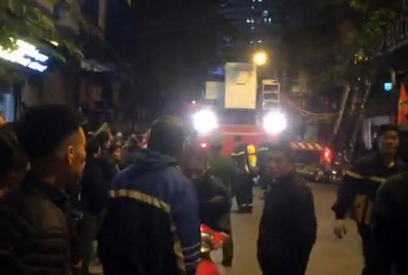 Lực lượng cứu nạn hướng dẫn người dân thoát nạn