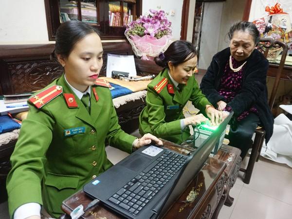 Trung tá Trần Thanh Huyền, cán bộ Đội QLHC - CAQ Ba Đình thực hiện lấy vân bàn tay làm căn cước công dân
