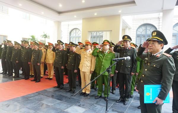 Thiếu tướng Đoàn Duy Khương phát biểu và thực hiện nghi lễ mặc niệm trang trọng
