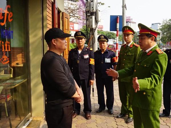 CAP Xuân La đến từng hộ kinh doanh tuyên truyền người dân thực hiện nghiêm các quy định về trật tự văn minh đô thị