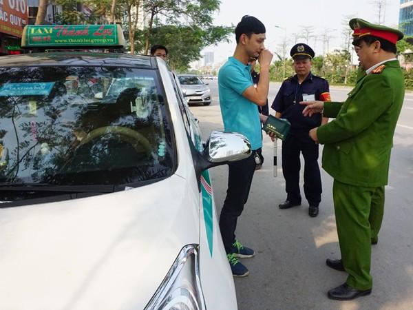 CAP Xuân La tuyên truyền nhắc nhở, xử lý phương tiện dừng đỗ sai quy định tại cổng Bệnh viện Tim Hà Nội, đường Võ Chí Công