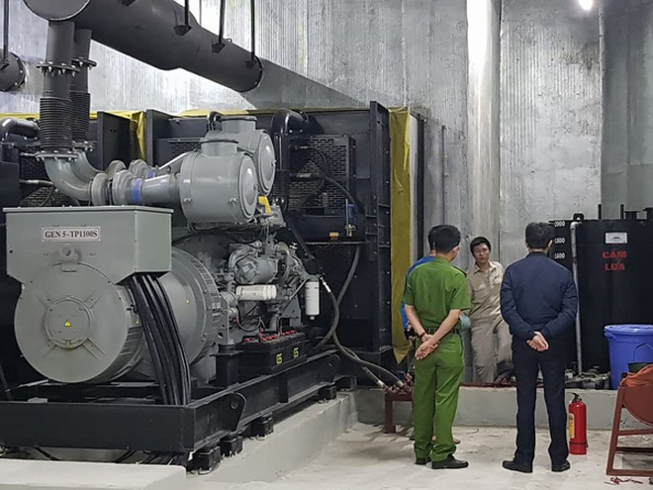 Lực lượng công an kiểm tra tại buồng máy phát điện để điều tra xác minh vụ chảy dầu