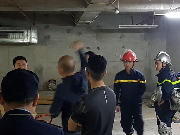 Cảnh sát PCCC đang kiểm tra các vết dầu chảy để có biện pháp khắc phục tránh cháy nổ xảy ra