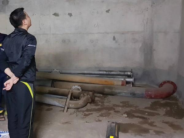 Cảnh sát PCCC lấy cát lấp vào các vết dầu loang trong hầm sau đó dùng máy bơm khí thổi khí dầu ra ngoài
