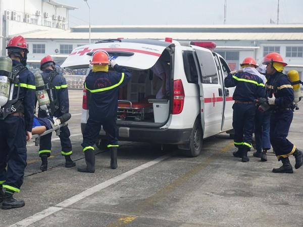 Lực lượng cứu nạn nhanh chóng đưa người mắc kẹt đến xe cứu thương