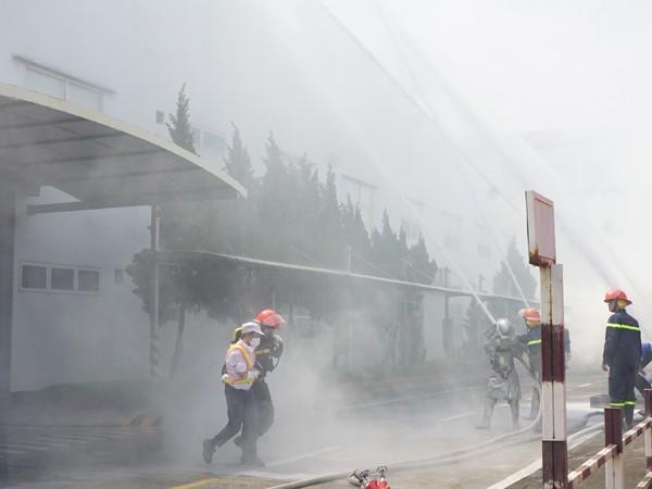 Lực lượng cứu nạn đưa nạn nhân khu vực nguy hiểm ra nơi an toàn