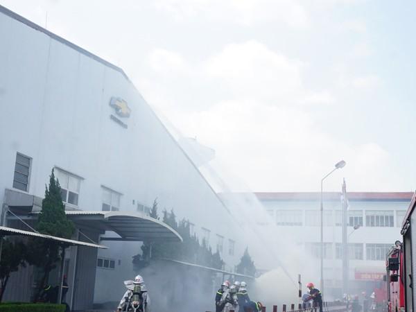 Các lực lượng triển khai đội hình chữa cháy
