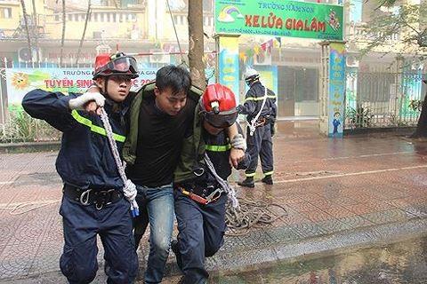 Lực lượng cứu hỏa thực tập cứu nạn người mắc kẹt trong đám cháy đưa ra nơi an toàn
