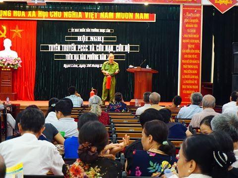 Thượng tá Phạm Xuân Quang, Phó Trưởng Phòng Cảnh sát PCCC số 4 tuyên truyền PCCC cho người dân