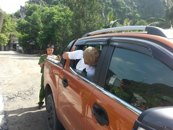 Cơ quan công an khám nghiệm chiếc xe phục vụ công tác điều tra