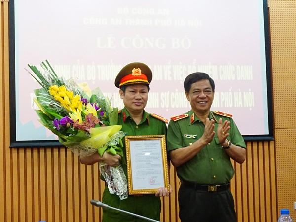 Thiếu tướng Đoàn Duy Khương thừa ủy quyền của Bộ trưởng Bộ Công an trao quyết định Bổ nhiệm chức danh Thủ trưởng Cơ quan Thi hành án hình sự cho Đại tá Nguyễn Văn Viện