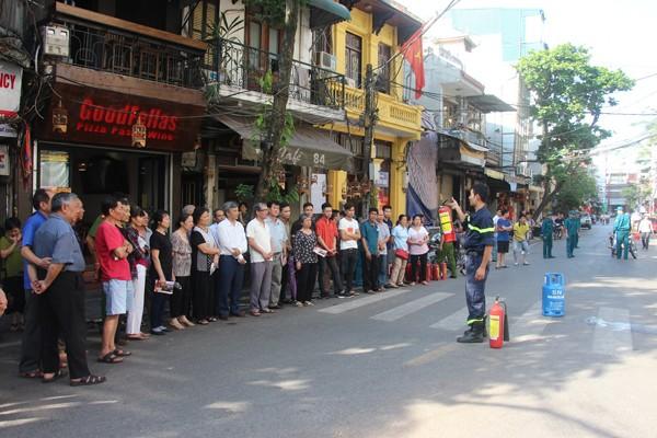 Cán bộ Phòng Cảnh sát PCCC số 1 hướng dẫn tuyên truyền PCCC cho cư dân phố cổ