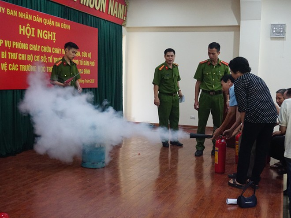 Phòng Cảnh sát PCCC số 2 hướng dẫn người dân sử dụng bình chữa cháy xách tay