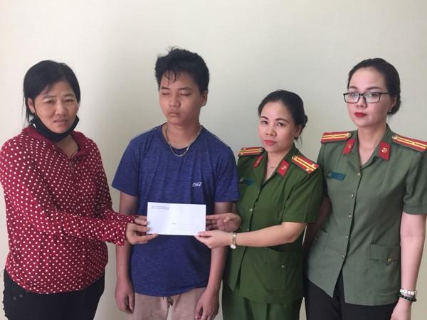 Cán bộ CAH Thanh Trì tặng tiền và giúp nam thanh niên bị lạc về đoàn tụ gia đình