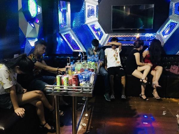Cơ quan Công an kiểm tra phát hiện nhiều thanh niên trong phòng karaoke sử dụng ma túy