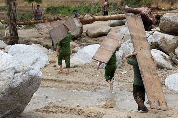 Lực lượng Công an vận chuyển VLXD dựng lại nhà ở cho người dân bị lũ cuốn mất nhà