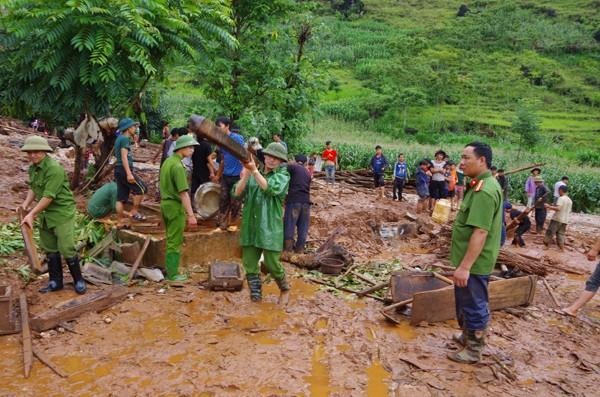 Lực lượng Công an giúp người dân khắc phục hậu quả do lũ cuốn mất nhà tại Quản Bạ, Hà Giang