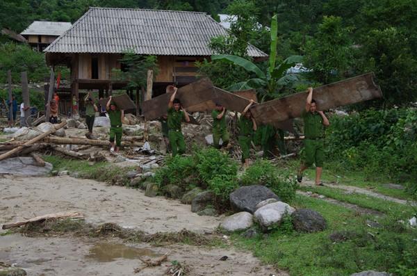 Các chiến sỹ CAH Quản Bạ, Hà Giang giúp dân dựng lại nhà sau khi bị lũ cuốn trôi