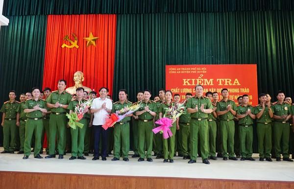 Đại tá Nguyễn Văn Viện tặng hoa chúc mừng các đơn vị tham gia kiểm tra chất lượng CSKV, Công an xây dựng phong trào và phụ trách xã về ANTT