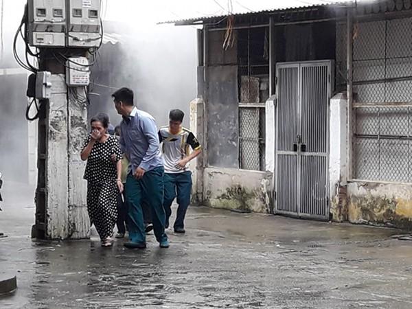 Lực lượng chữa cháy cơ sở hướng dẫn thoát nạn cho người dân