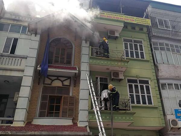 Lực lượng chữa cháy tiếp cận hiện trường dập lửa