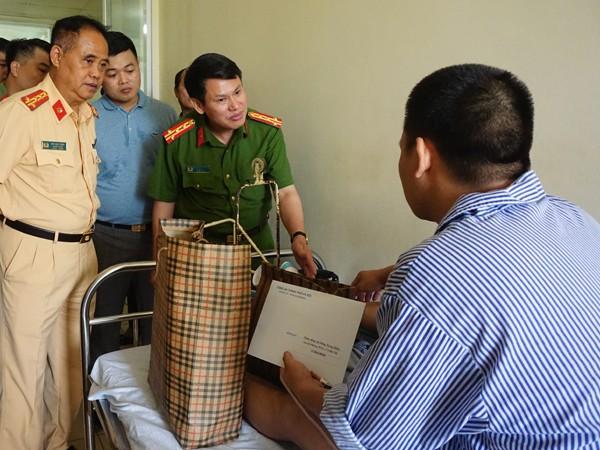 Đại tá Nguyễn Văn Viện, Phó Giám đốc CATP Hà Nội thăm hỏi, động viên cán bộ CSGT bị thương trong khi làm nhiệm vụ