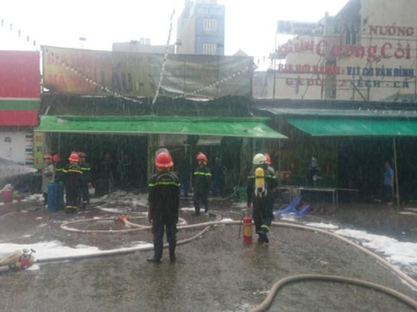 Cháy lớn tại quán bia ở quận Hoàng Mai trong lúc mưa to