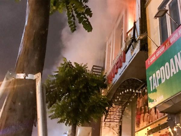 Cháy lớn tại cửa hàng áo cưới ở đường Xã Đàn